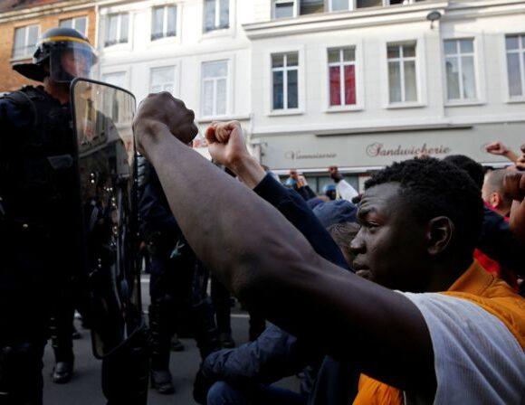 Γαλλία : Η αστυνομία εγκαταλείπει τις πρακτικές ασφυξίας