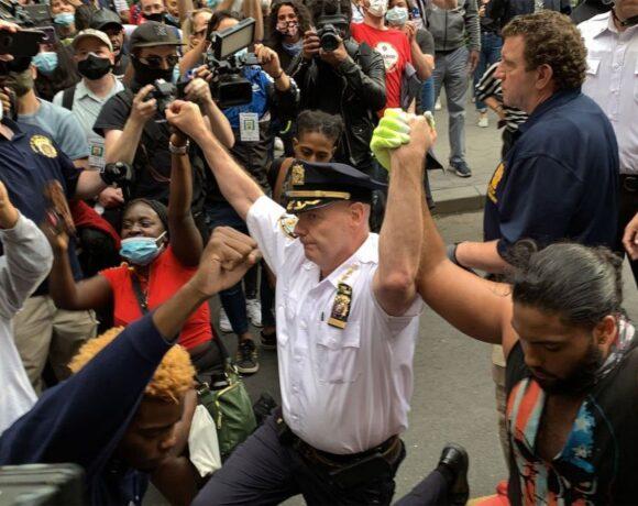 Δολοφονία Φλόιντ: Ο διοικητής της αστυνομίας της Νέας Υόρκης γονατίζει μαζί με διαδηλωτές