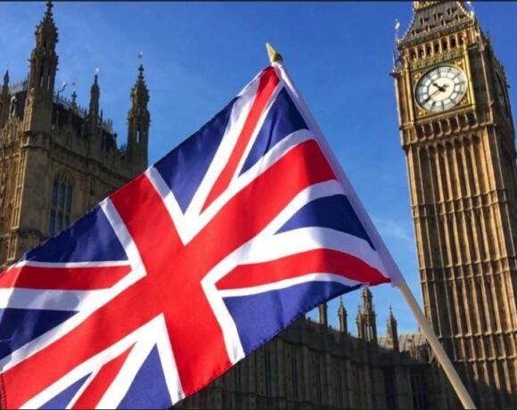Η Βρετανία ανακοινώνει την άρση των περιοριστικών μέτρων – Kαταργεί τα δύο μέτρα απόσταση
