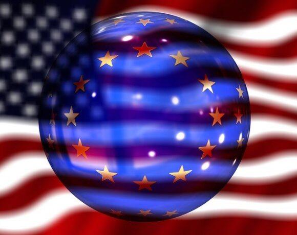 ΗΠΑ – ΕΕ «απασφαλίζουν» για τον ψηφιακό φόρο: Προ των πυλών εμπορικός πόλεμος