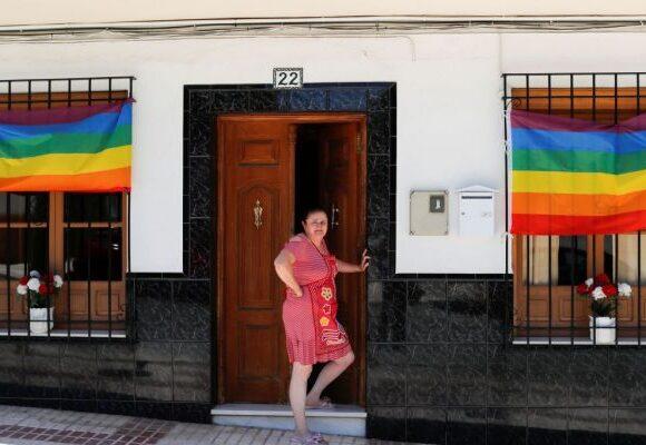 Ισπανία : Η πόλη που γέμισε με εκατοντάδες σημαίες του Pride