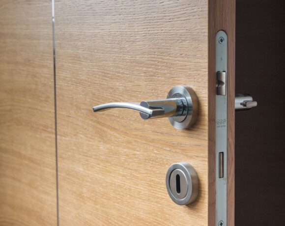 ΚΥΑ: Δωμάτια απομόνωσης στα ξενοδοχεία για κρούσματα COVID-19