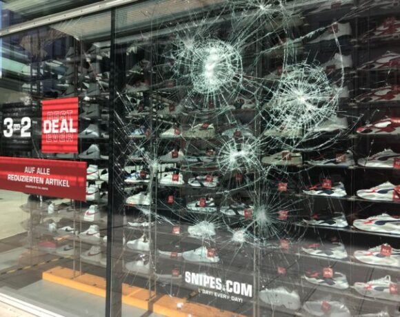 Μέρκελ για τα βίαια επεισόδια στην Στουτγάρδη: Απεχθείς βανδαλισμοί