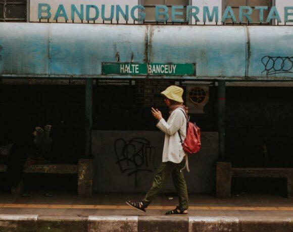 Μία αλλόκοτη απόφαση: Σε αυτό τον δήμο απαγορεύεται να περπατάς με το κινητό στα χέρια