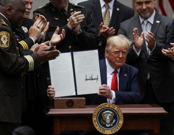 Ο Τραμπ υπέγραψε διάταγμα για μεταρρύθμιση της αστυνομίας – Τι προβλέπει