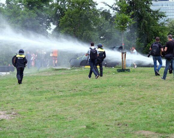 Ολλανδία – κοροναϊός : Αγρια επεισόδια σε διαδήλωση κατά των μέτρων περιορισμού