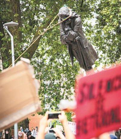 Τα αγάλματα της οργής και η παρακμή της Δύσης σε μια μάχη από το παρελθόν