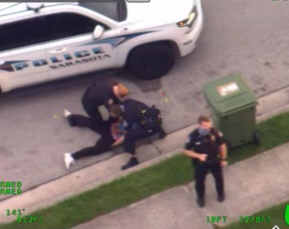 Φλόριντα: «Καίει» τον αστυνομικό νέο βίντεο που τον δείχνει να γονατίζει στον λαιμό άνδρα