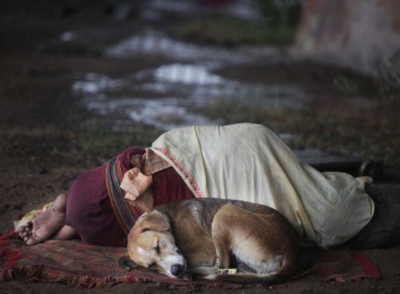 Χάρλεμ : Πέταξαν βαρελότο σε άστεγο την ώρα που κοιμόταν