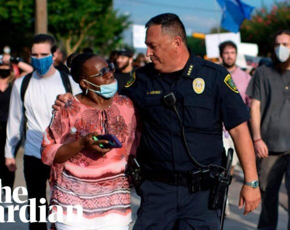 Χιούστον : Ο αρχηγός της αστυνομίας ανάμεσα στους δεκάδες χιλιάδες διαδηλωτές για τον Τζορτζ Φλόιντ