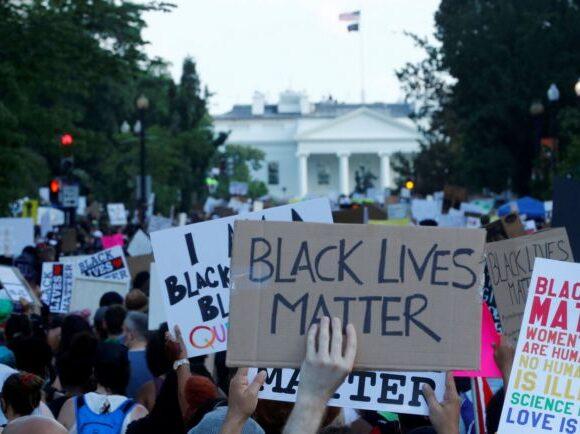 H αιτία πίσω από τις διαδηλώσεις στις ΗΠΑ: Το φυλετικό χάσμα του πλούτου
