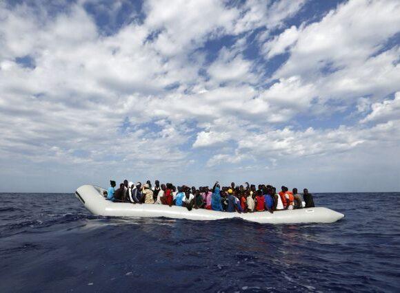 SOS Μεσόγειος: Άνευ προηγουμένου ανθρωπιστική κρίση με εκατοντάδες εγκλωβισμένους πρόσφυγες έξω από τη Μάλτα