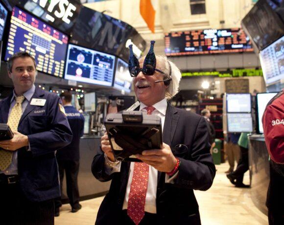Wall Street: «Καλπάζει» σε ιστορικό ρεκόρ ο Nasdaq – Ράλι 900 μονάδων για τον Dow Jones
