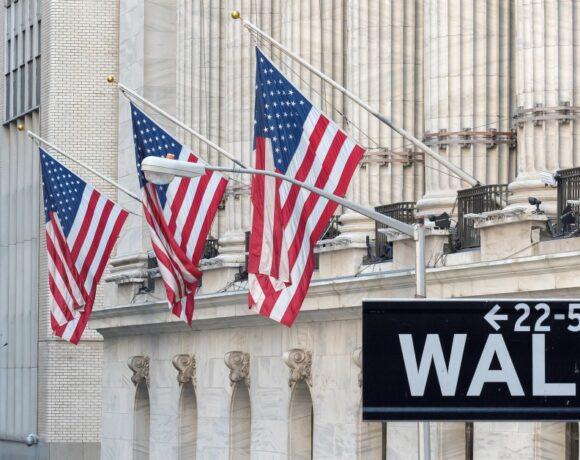 Wall Street: Πάνω από 100 μονάδες έχασε ο Dow Jones