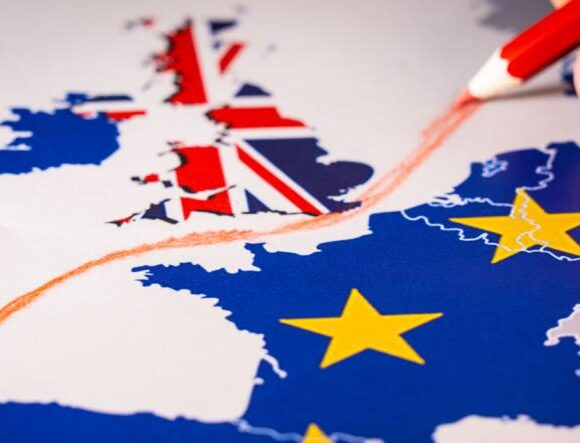 Brexit: Η Βρετανία εξετάζει κινήσεις διευκόλυνσης των μεταφορών με ΕΕ
