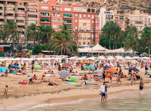 Ακυρώνει η TUI UK τα ταξίδια στην Ισπανία έως τις 9 Αυγούστου| Καραντίνα επιβάλλει η βρετανική κυβέρνηση| Εκτός «λευκής» λίστας η Ισπανία
