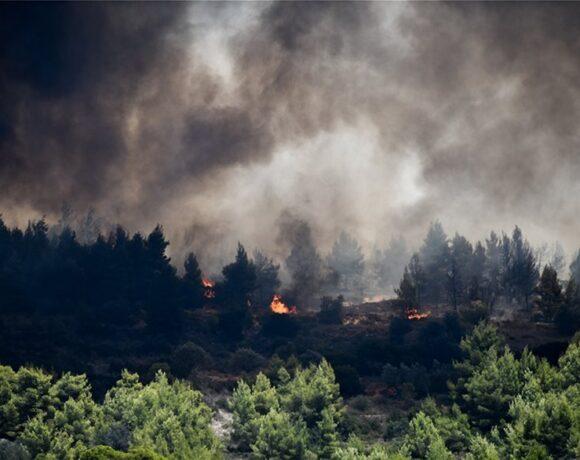 Ανεξέλεγκτη η φωτιά στην Κορινθία – Θρίλερ με την εκκένωση του Σοφικού