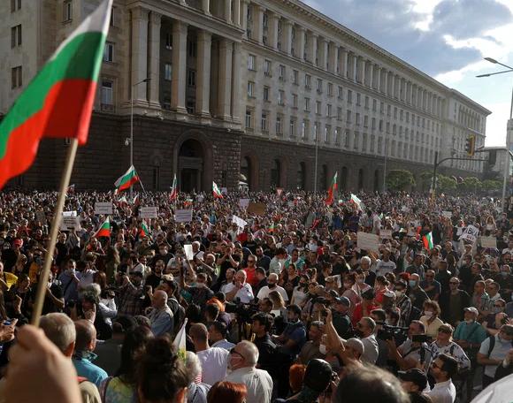 Βουλγαρία: Τρεις τραυματίες σε μεγάλη αντικυβερνητική διαδήλωση – Επιχείρησαν να εισβάλουν στη Βουλή