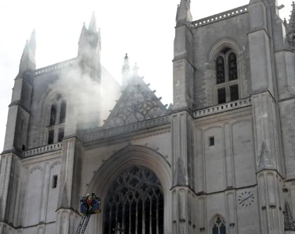 Γαλλία : Έρευνα για εμπρησμό του καθεδρικού ναού από πρόθεση διενεργεί η εισαγγελία της Νάντης