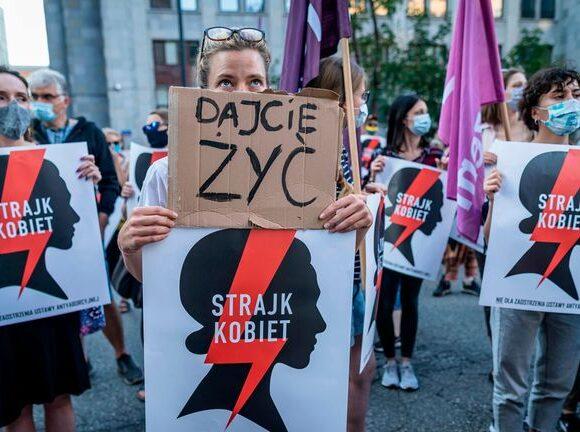 ΕΕ: Ανησυχία για την αποχώρηση της Πολωνίας από τη σύμβαση της προστασίας των γυναικών από την βία