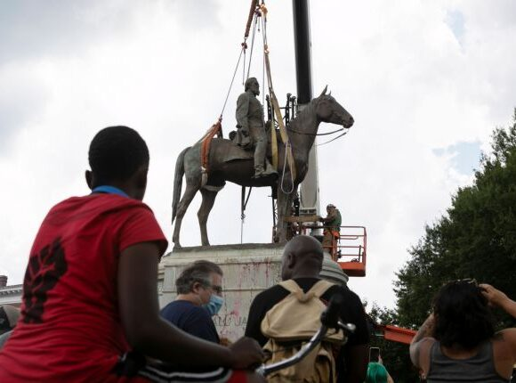 ΗΠΑ: Αποκαθηλώθηκε (και) το άγαλμα του Στόουνγουολ Τζάκσον