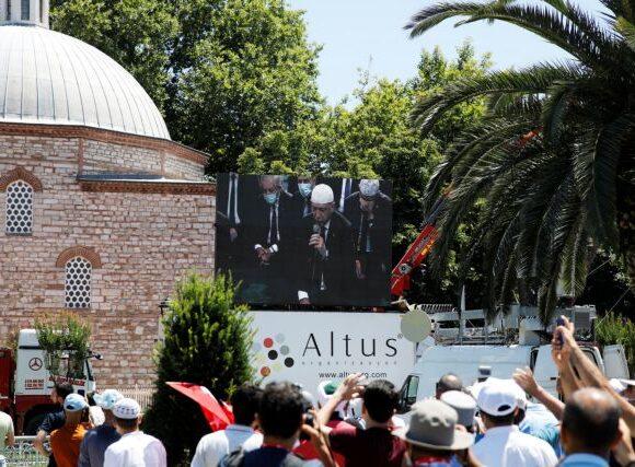 Ιστορική πρόκληση: Ο Ερντογάν διάβασε απόσπασμα από το Κοράνι στην Αγία Σοφία