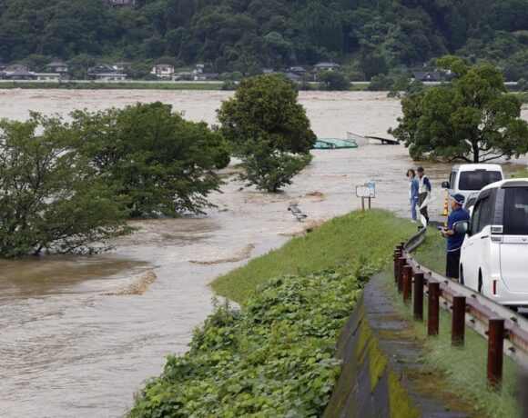 Καταρρακτώδεις βροχές σαρώνουν την Ιαπωνία – 75