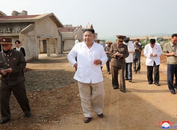 Κιμ Γιονγκ Ουν : Με τσιγάρο στο χέρι, επιθεώρησε φάρμα πουλερικών