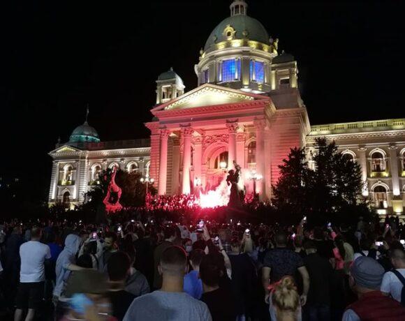 Κοροναϊός: Επεισόδια και εισβολή στη Βουλή της Σερβίας μετά την απόφαση για lockdown