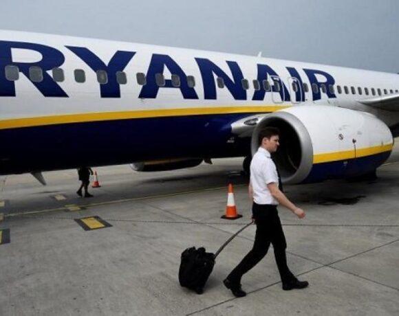 «Μαχαίρι» 20% στους μισθούς των πιλότων της Ryanair
