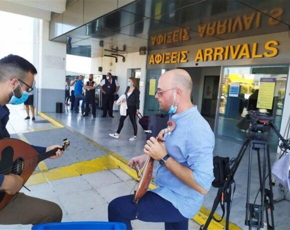 Με λύρες και 100% πληρότητα αεροσκάφους υποδέχτηκαν τους τουρίστες οι Κρητικοί