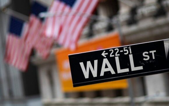 Μικτά πρόσημα στη Wall Street με υποτονικά κέρδη και νέο ιστορικό ρεκόρ για τον Nasdaq
