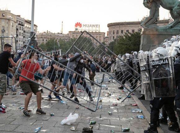 Σερβία : Αστυνομικοί ξυλοκόπησαν άγρια τρεις ανθρώπους που κάθονταν αμέριμνοι σε παγκάκι