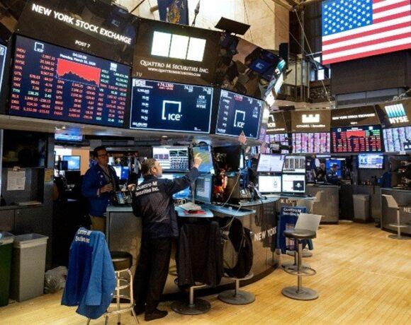 Στα κόκκινα η Wall Street στο επίκεντρο τα στοιχεία για λιανικές πωλήσεις και ανεργία