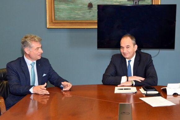 Συνάντηση του Γιάννη Πλακιωτάκη με τον δήμαρχο Πάρου Μάρκο Κωβαίο, για το «Εξπρές Σάμινα»