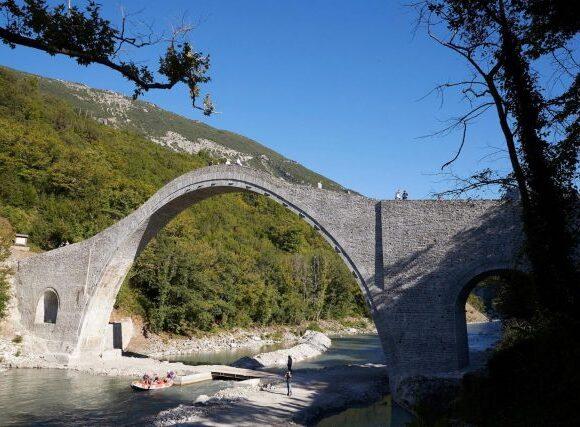 Το ιστορικό Γεφύρι της Πλάκας, το μεγαλύτερο τοξωτό γεφύρι των Βαλκανίων, επισκέφθηκε ο Πρωθυπουργός Κυριάκος Μητσοτάκης