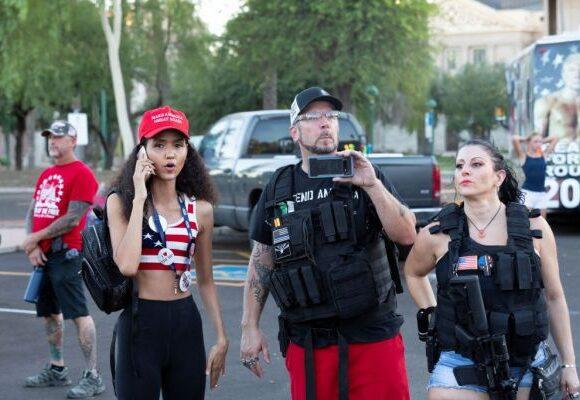 Τρόμος στις ΗΠΑ – Ακροδεξιοί εξτρεμιστές «ρίχνουν» τα αυτοκίνητά τους πάνω σε διαδηλωτές
