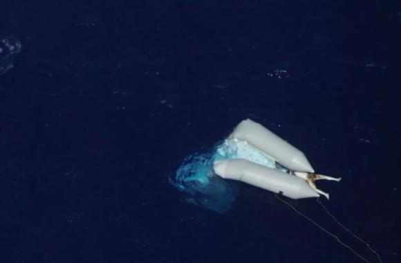 Φωτογραφία – σοκ: Πτώμα μετανάστη στη θάλασσα δύο εβδομάδες και κανείς δεν το ανασύρει