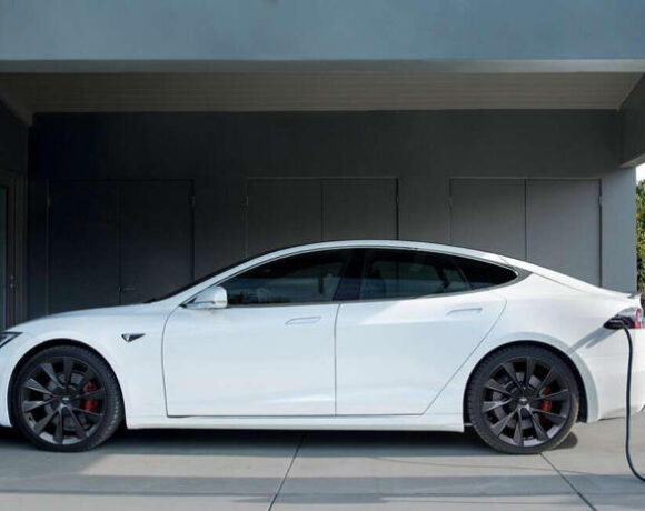 H Tesla έρχεται στην Ελλάδα και ανοίγει κατάστημα στην Αθήνα
