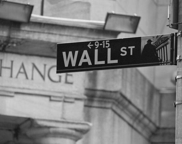 Αντί για ιστορικά υψηλά ρεκόρ απώλειες στη Wall Street
