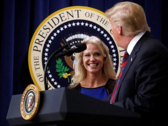 ΗΠΑ: Η Κόνγουεϊ εγκαταλείπει το Λευκό Οίκο λίγο πριν τις προεδρικές εκλογές