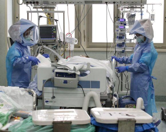 Κορωνοϊός: Ντόμινο μολύνσεων από γάμους, νοσοκομεία, συνωστισμό
