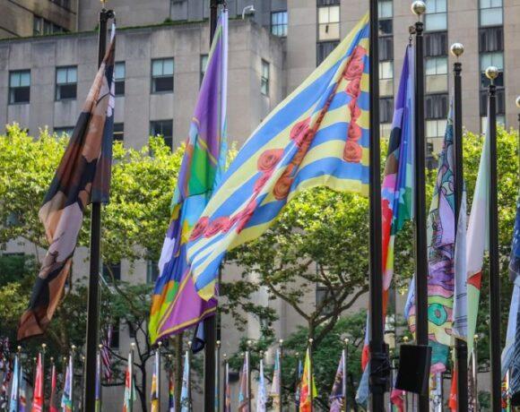 Ροκφέλερ Σέντερ: Με 193 σημαίες καλλιτέχνες δείχνουν την αγάπη τους στη Νέα Υόρκη