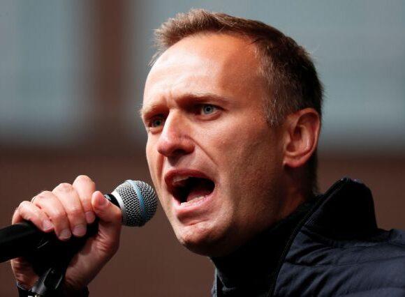 Ρωσία : Δηλητηρίασαν τον ηγέτη της αντιπολίτευσης Ναβάλνι – Δίνει μάχη για τη ζωή του
