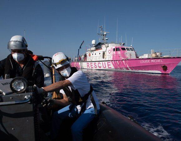 Σήμα κινδύνου εξέπεμψε το πλοίο του Bansky για τη διάσωση προσφύγων