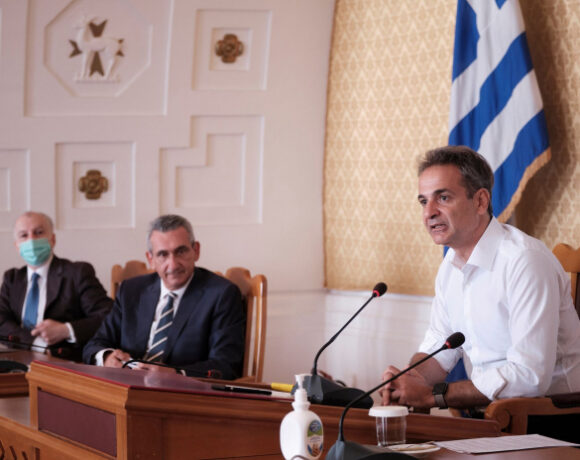 Greek PM Vows to Support Tourism Sector Work Force