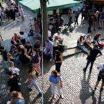 Κοροναϊός: Περιορισμό στις κοινωνικές επαφές και μείωση των ωρώνλειτουργίας στις παμπ, μελετά ο Τζόνσον