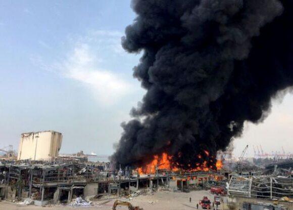 Μάχη με τις φλόγες στο λιμάνι της Βηρυτού: Δεν υπάρχουν τραυματίες, λέει ο Ερυθρός Σταυρός