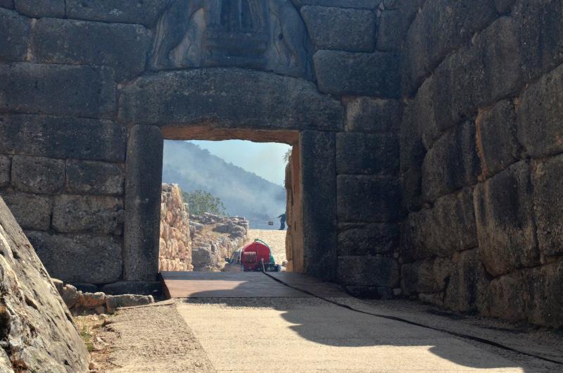 Μυκήνες : Μαύρος ο αρχαιολογικός χώρος – Συγκλονιστικό βίντεο από ψηλά
