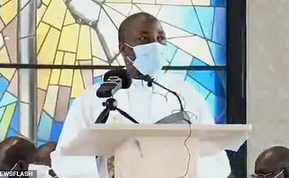 Σοκαριστικό βίντεο: Ιερέας με μάσκα πέφτει νεκρός την ώρα που έκανε κήρυγμα